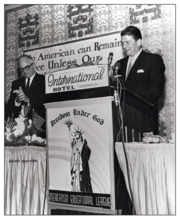 Ronald Reagan intervient à un meeting de campagne pour l'élection de Barry Goldwater à Los Angeles en 1964